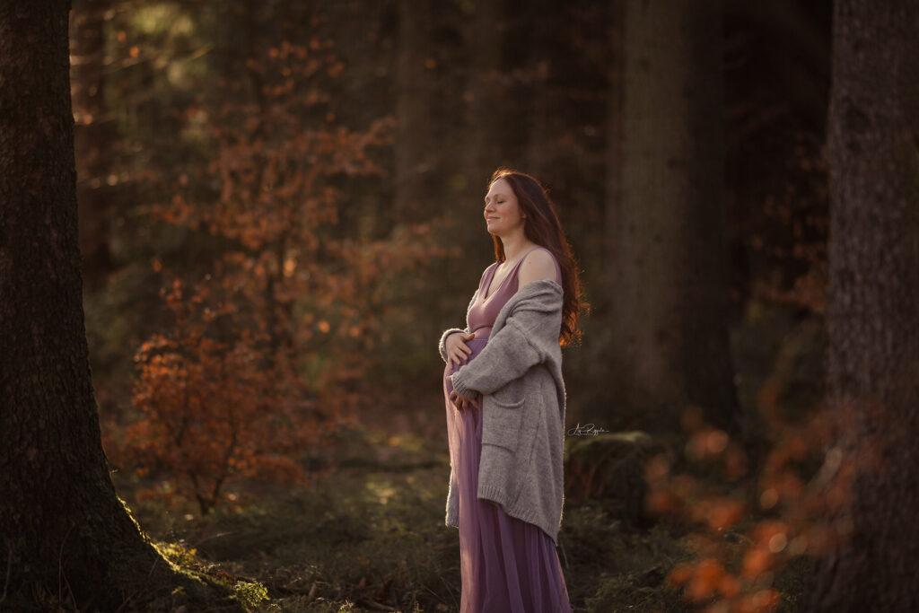 Babybauch Fotoshooting im Wald