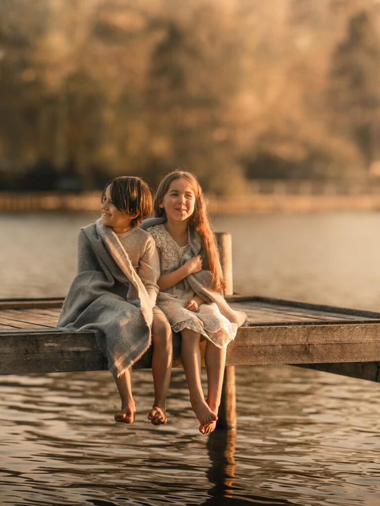 natürliches Kinderfotoshooting in der Natur mit Geschwister Familienfotoshooting