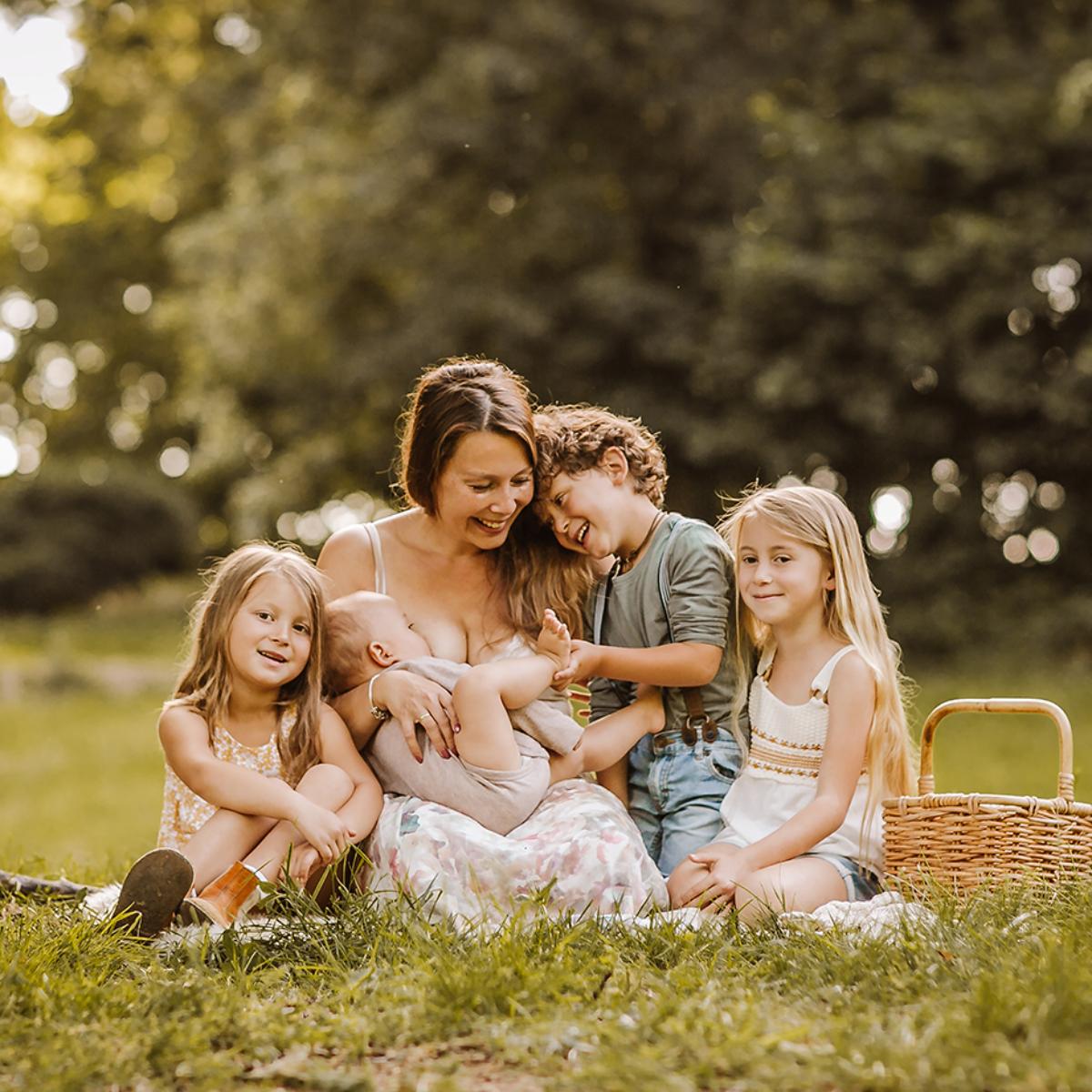 Foto von Mama mit ihren 4 Kindern Familienfotografie Outdoor in Hameln