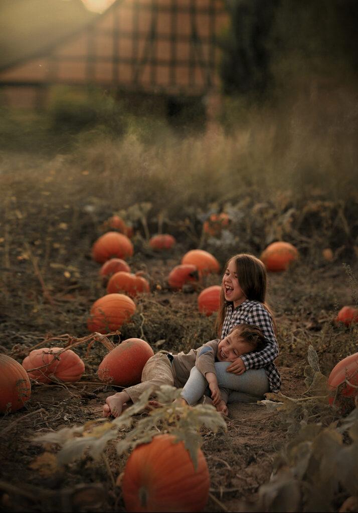 kinderfotografie die geschichten erzählen kürbisfeld halloween steinbergen