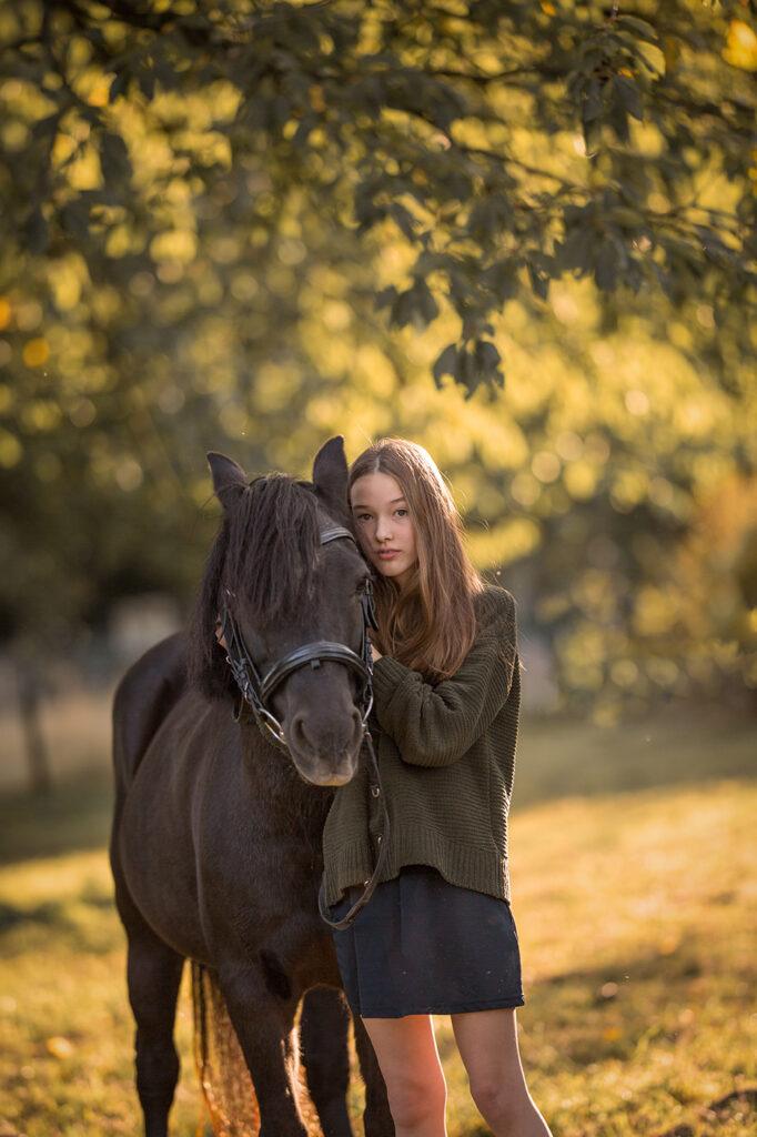 natürliches Kinderfotoshooting mit Pferd