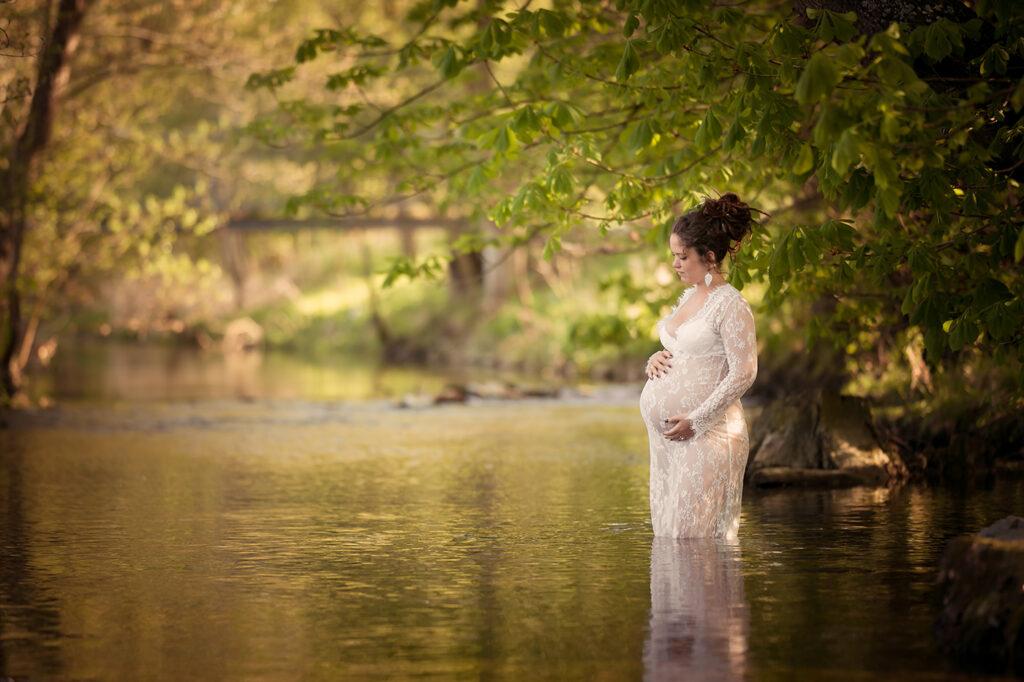 babybauch shooting im Wasser Fotograf Kreis bad eilsen