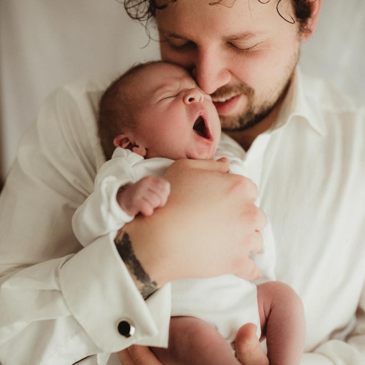 Papa mit baby beim Neugeborenenshooting in Hameln