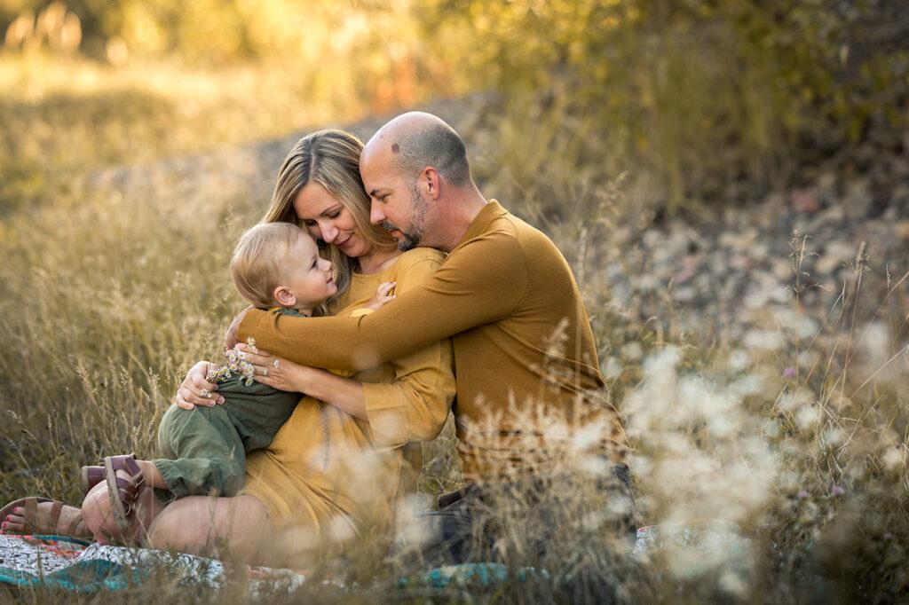 Familien Fotoshooting mit einem Kleinkind draußen