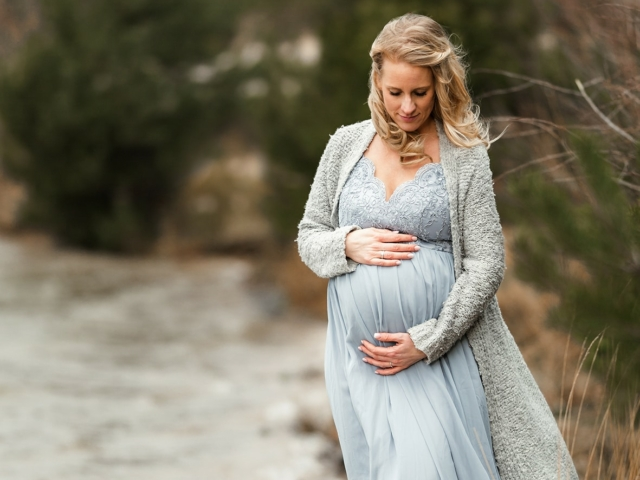 Babybauch shooting blaues Kleid am Wasser