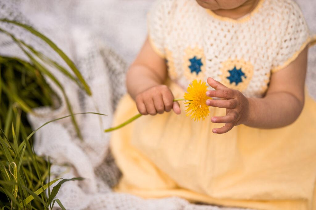 Deatilaufnahme Baby Fotoshooting mit Löwenzahn
