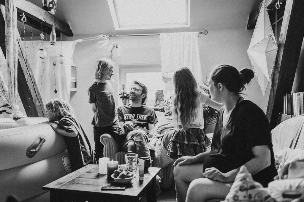 Hausgeburt mit Geburtspool mit mehreren Geschwisterkindern