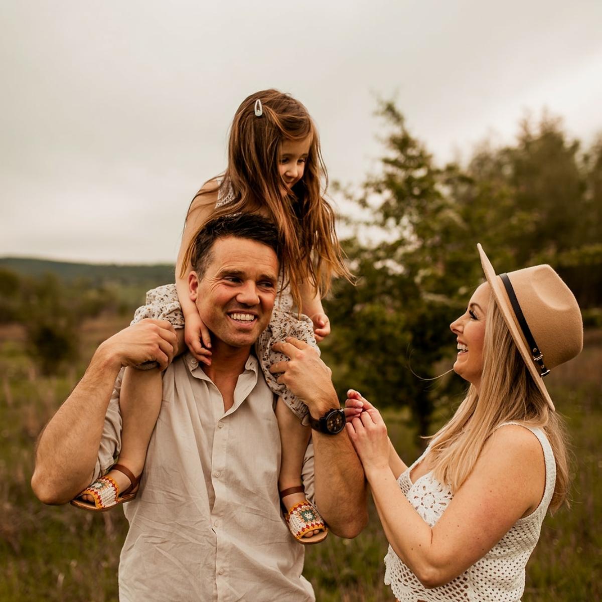 Foto von Familie mit Kindern Outdoor natürlich bei Fmailien Fotoshooting in Hameln Bad Eilsen