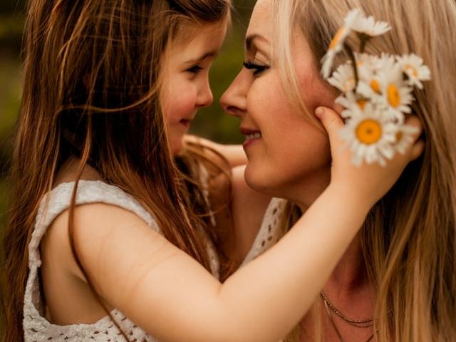 Foto von Mama mit ihrem Kind kuschelnd auf dem Arm bei einem Familien Fotoshooting in Hameln