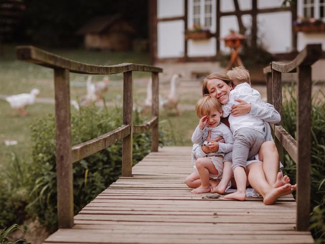 Foto von Mama mit ihren Kindern bei einem Bauernhof Fotoshooting in Kalletal