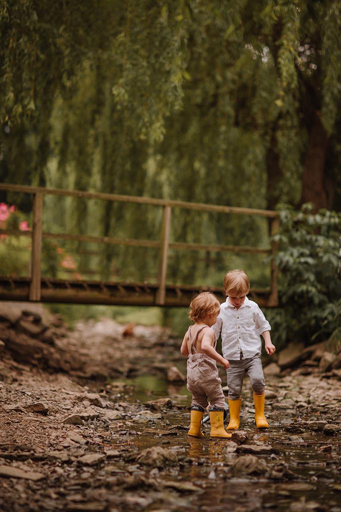 Familien Fotoshooting Bauernhof kinder spielen im wasser
