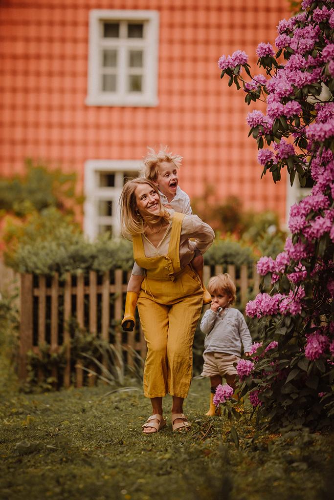Familienshooting Bauernhof Frühling rhododendron