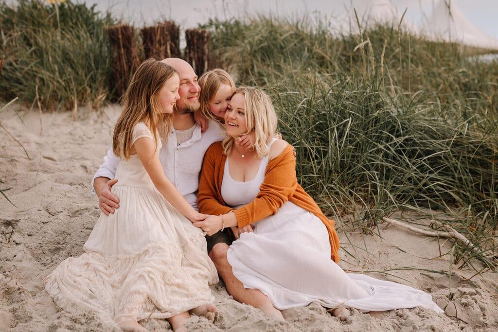 Familien- fotoshooting am strand mit 2 geschwisterkinder