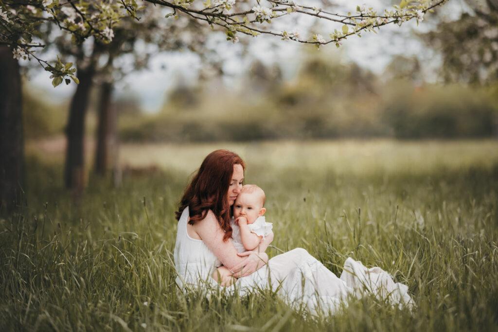 Familien Fotoshooting Mama mit Baby kuschelnd fotograf Schaumburg Hameln