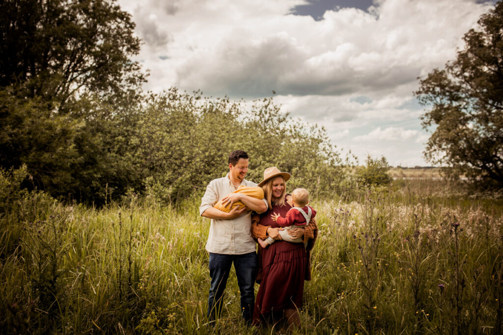 Familienfotoshooting Schwentinental mit Neugeborenem Baby Fotograf Agi Rygula